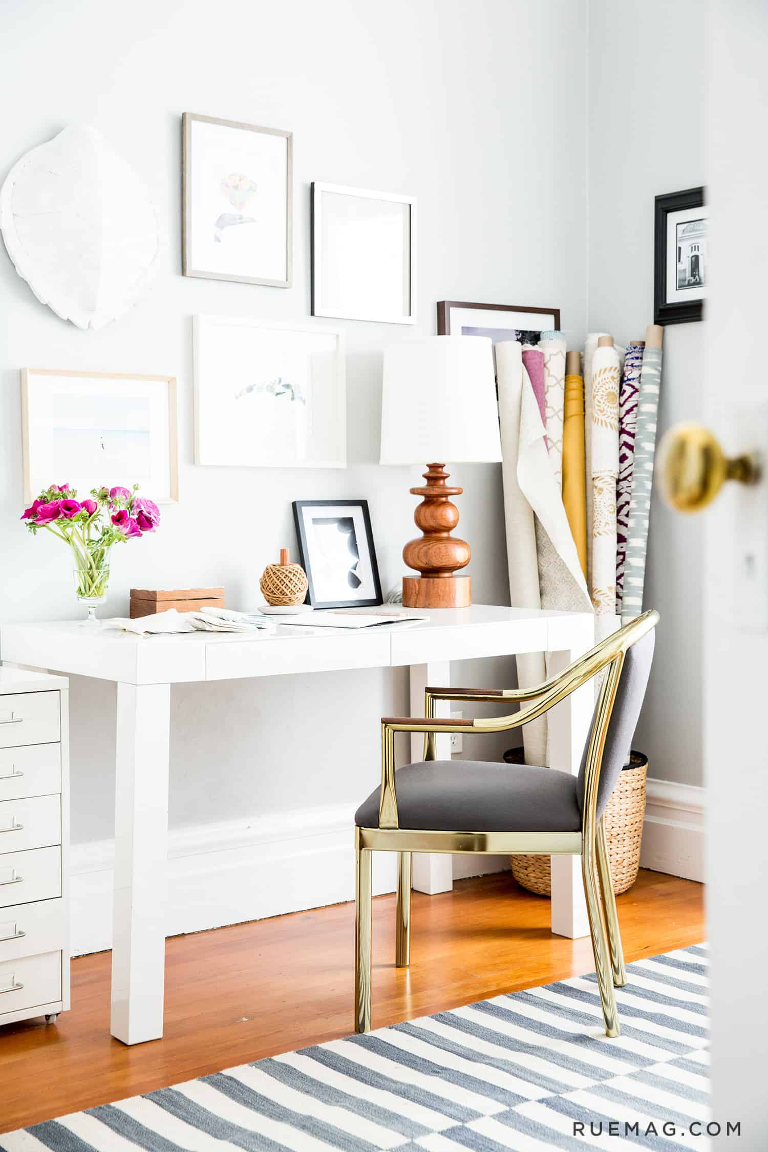 Small Home Office Ideas That Will Make You Want to Work Overtime #cozyofficenook #smallhomeofficeinspiration #officedesk #homeofficestyle