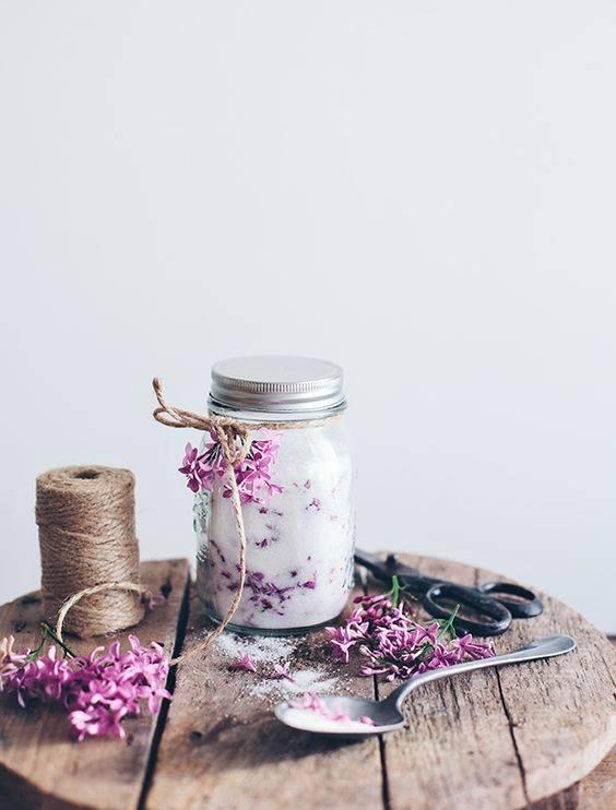 Flavored Sugar Wedding Favors Are one of the best mason jar crafts in this list of DIY wedding mason jar ideas